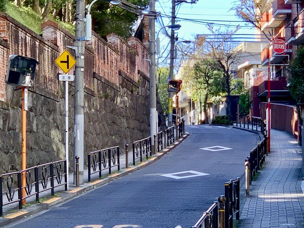 iPhoneの6倍ズームで撮影した東京・湯島の暗闇坂