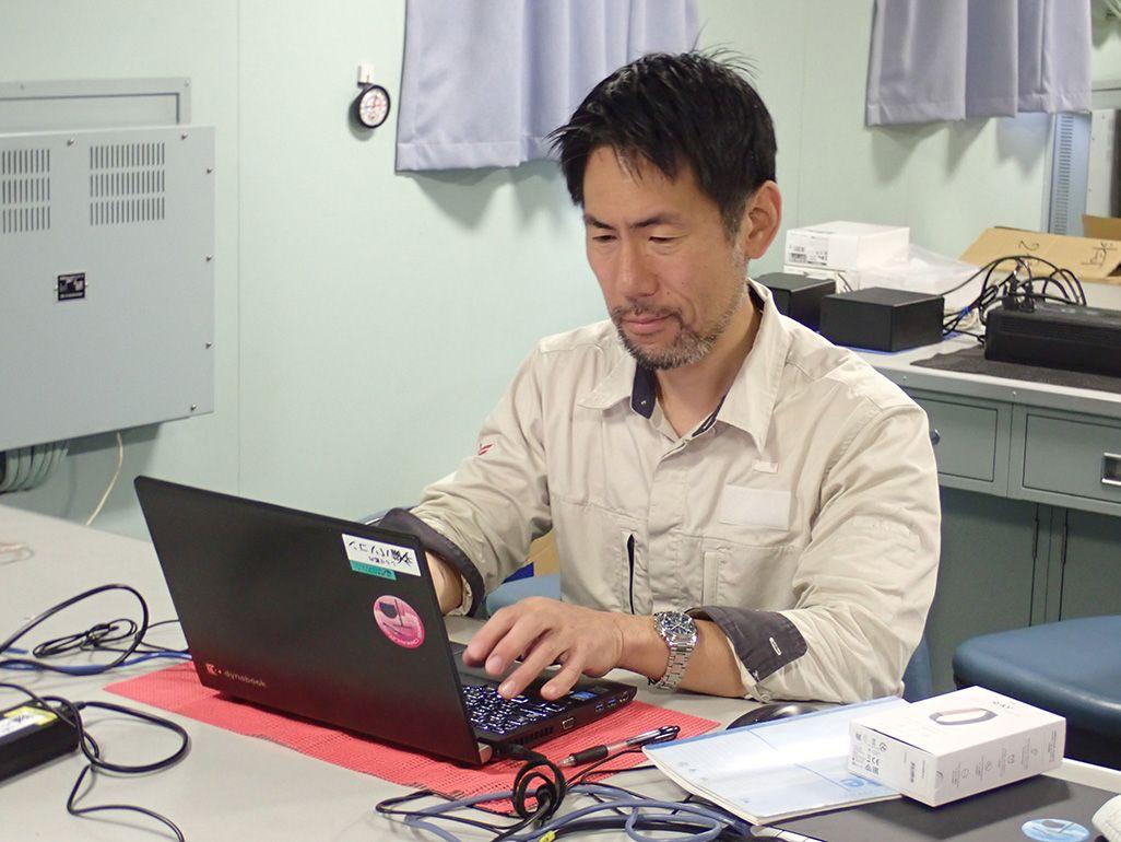 砕氷船「しらせ」で第59次南極観測隊のための通信インフラの構築と保守を行う齋藤