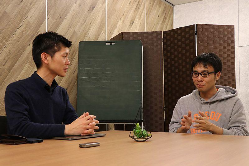 会議室で話す小林CEOと地主