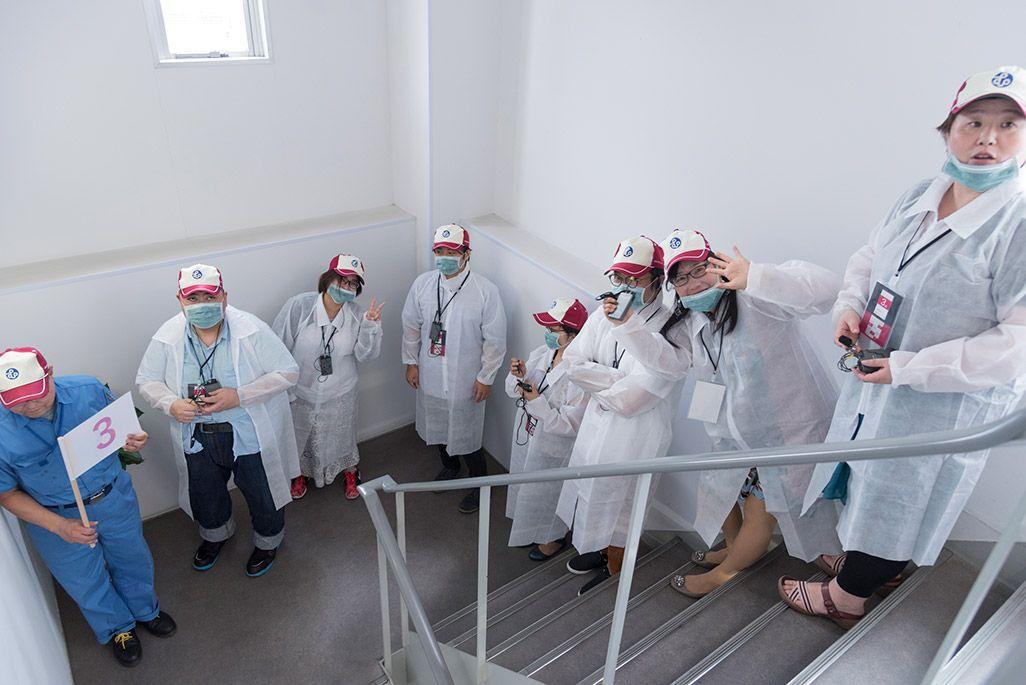 白衣を身にまとい武蔵塗料の工場見学へ