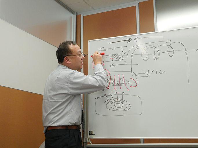 ワイヤレス充電の仕組みを解説する電池先生