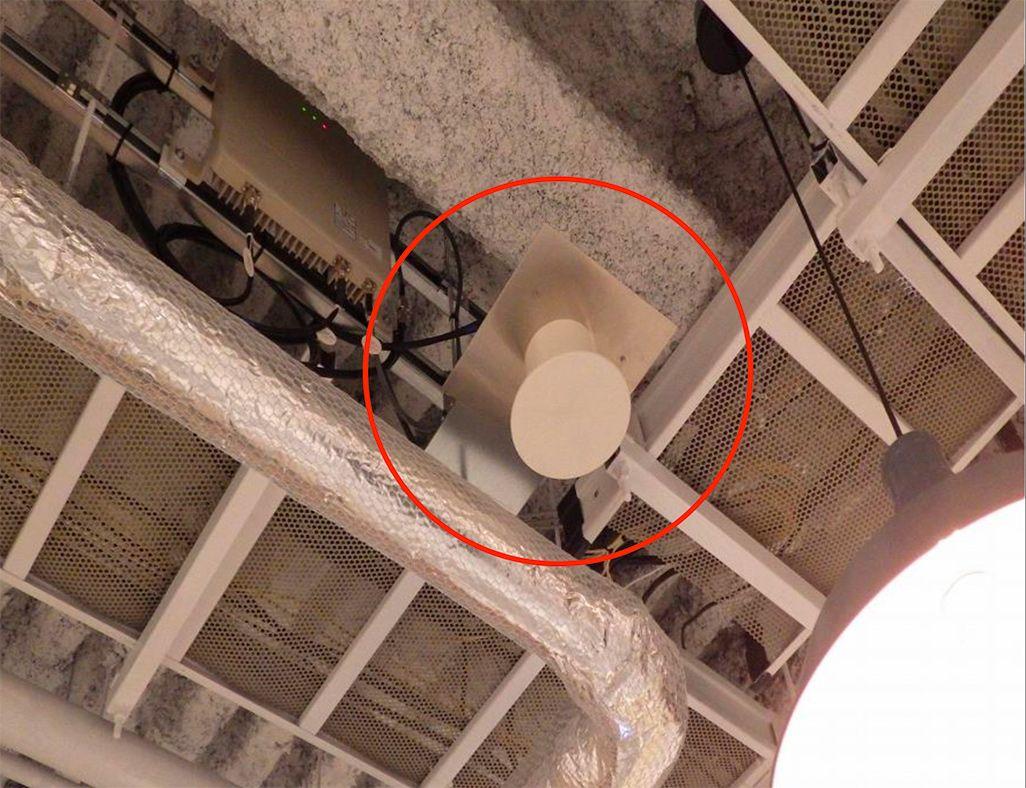 丸い機器が屋内対用のアンテナ
