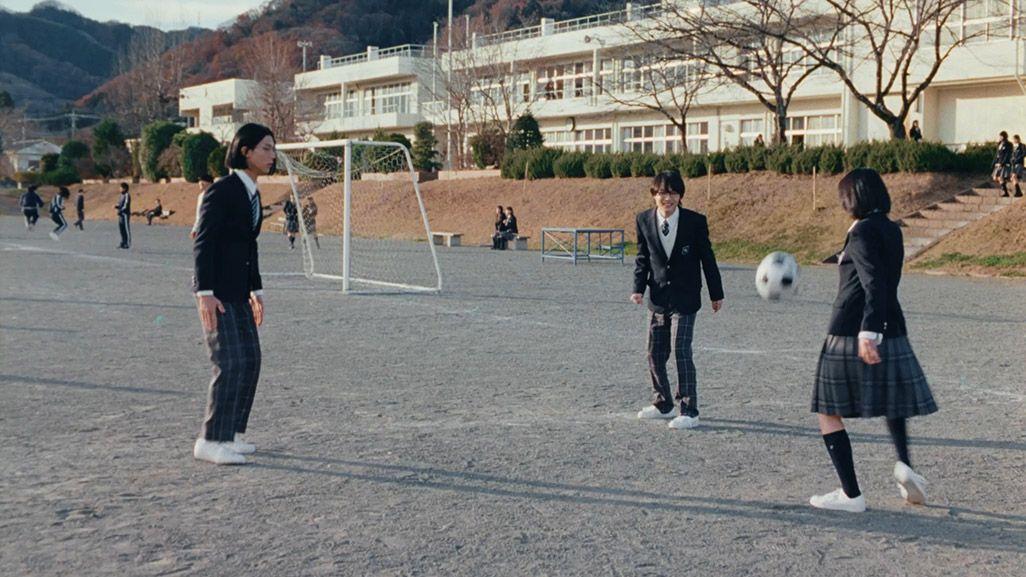 2019年三太郎CM第一弾でサッカーをする高杉くんと松本さんと細杉くん
