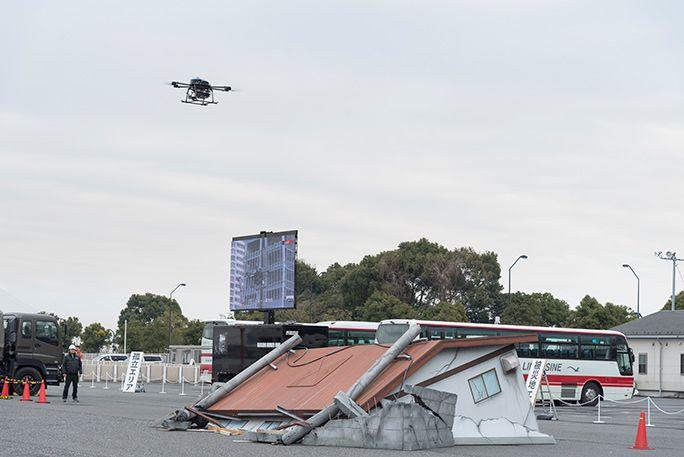 KDDIの災害対策公開訓練にて、飛行する「無人航空機型基地局(ドローン基地局)」