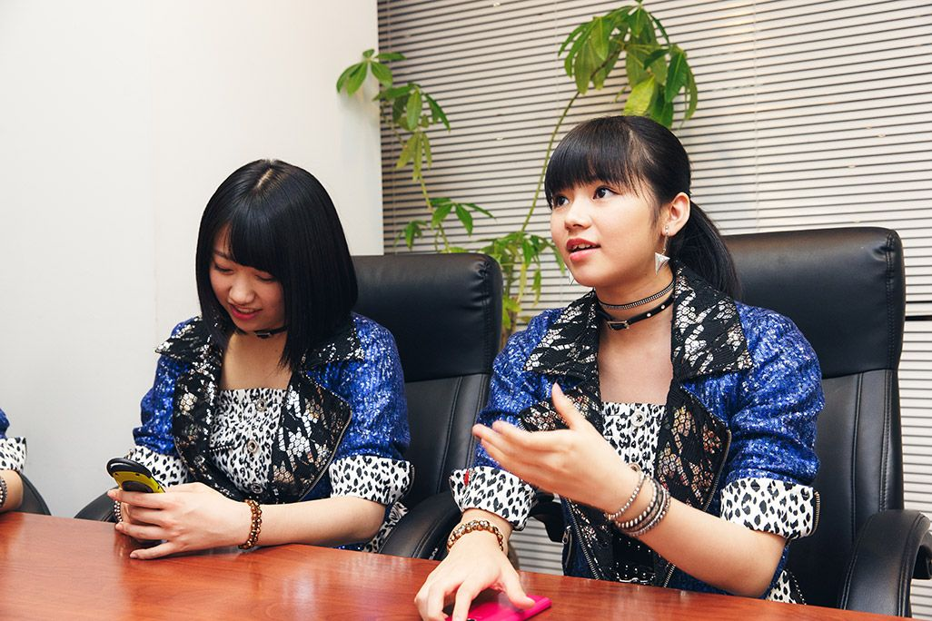 デコメールの思い出を語る浜浦彩乃と古い携帯電話に興味を示す和田桜子