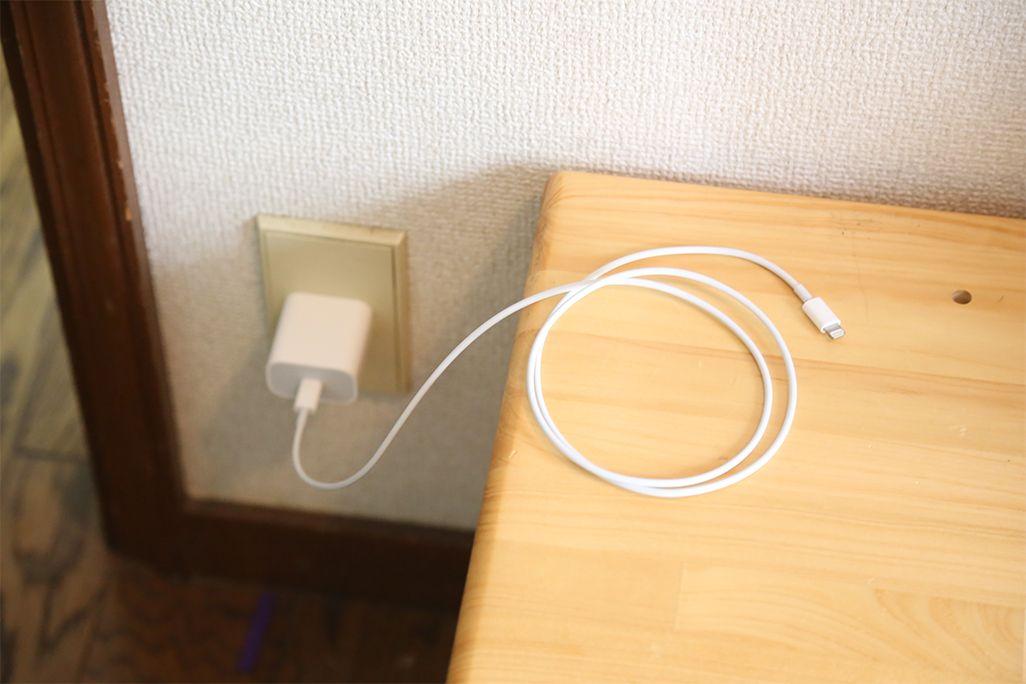 むき出しになった充電ケーブル