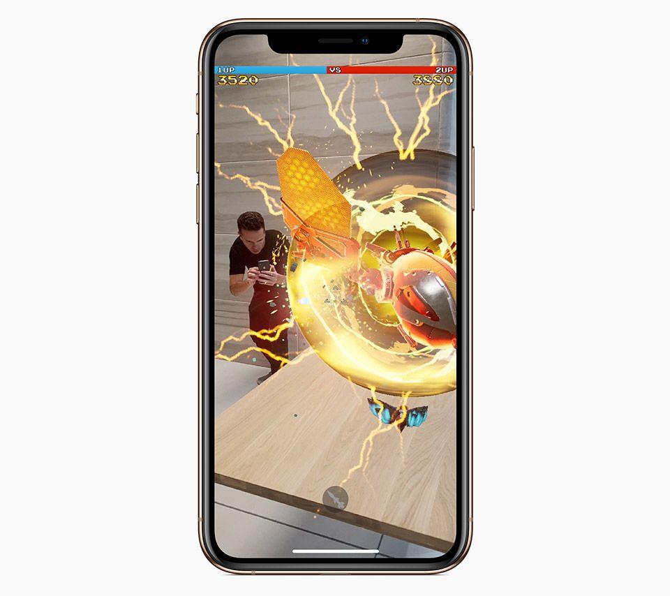 AR機能を使ったゲーム画面が表示されたiPhone XS
