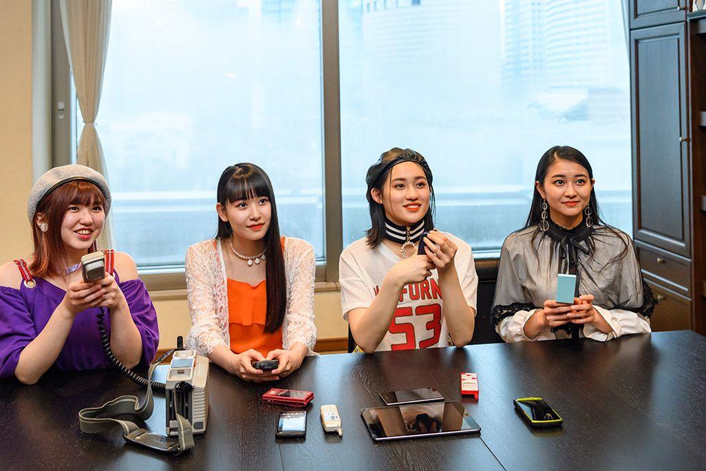 古い携帯電話を手に、笠原桃奈のキッズケータイ事件を語るアンジュルムの和田彩花、佐々木莉佳子、竹内朱莉