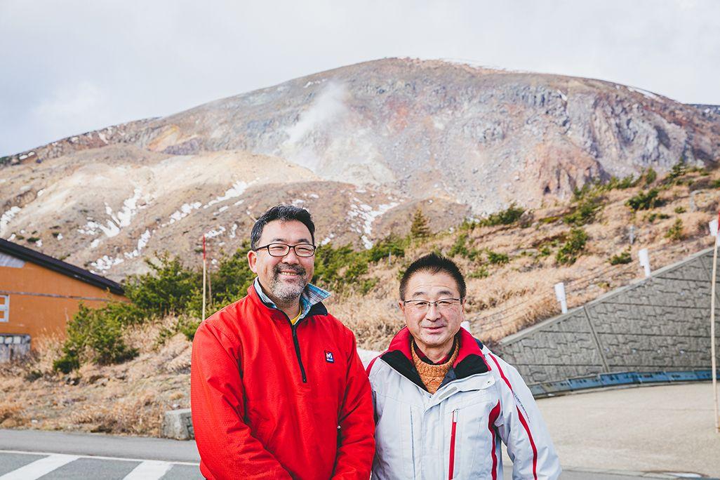 浄土平レストハウスの浅見宗一郎さんと武藤美輝さん