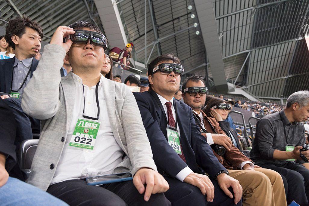 札幌度ドームのスタンドよりスマートグラス着用で試合観戦