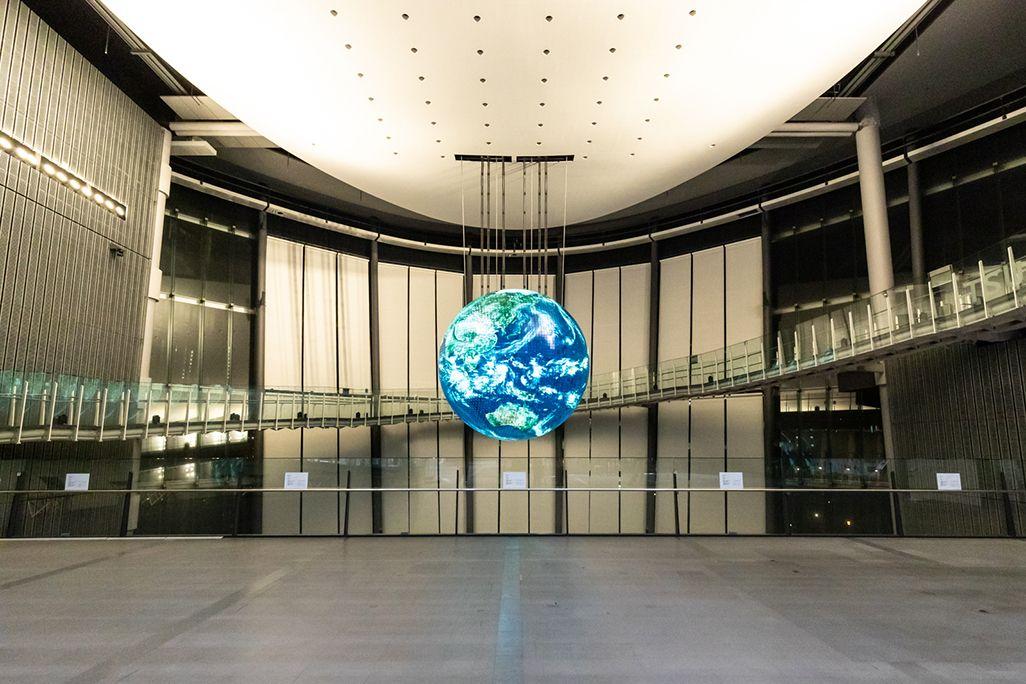 「日本科学未来館」のシンボル「ジオ・コスモス」