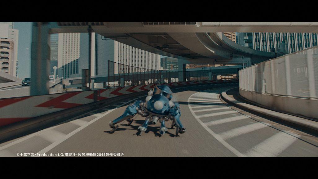 高速道路を疾走する『攻殻機動隊』の多脚戦車「タチコマ」
