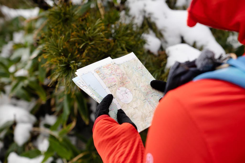 余市岳登山中に地図を広げる田中陽希さん