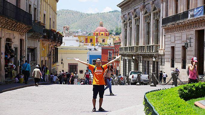 メキシコの街中で楽しさを体で表現する地主