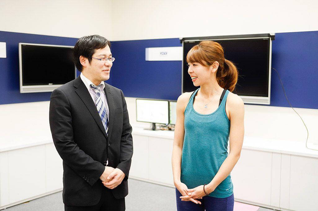 KDDI総合研究所の田坂和之とフィットネスインストラクターの浦谷美帆さん