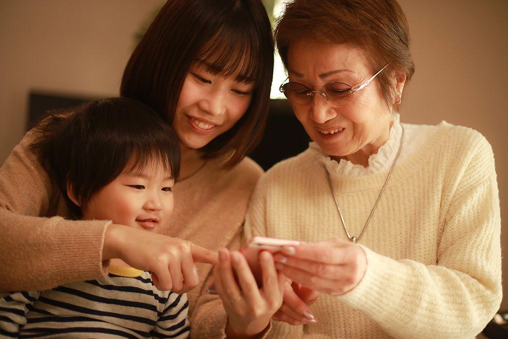 iPhoneを利用する家族のイメージ