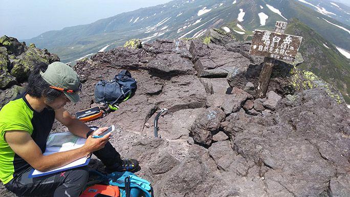 羅臼岳山頂での電波調査風景