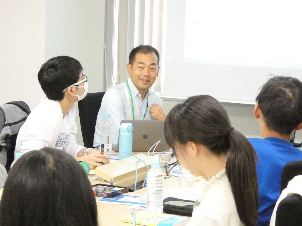 ワークショップで自らの仕事経験を語るKDDI総合研究所の新井田統