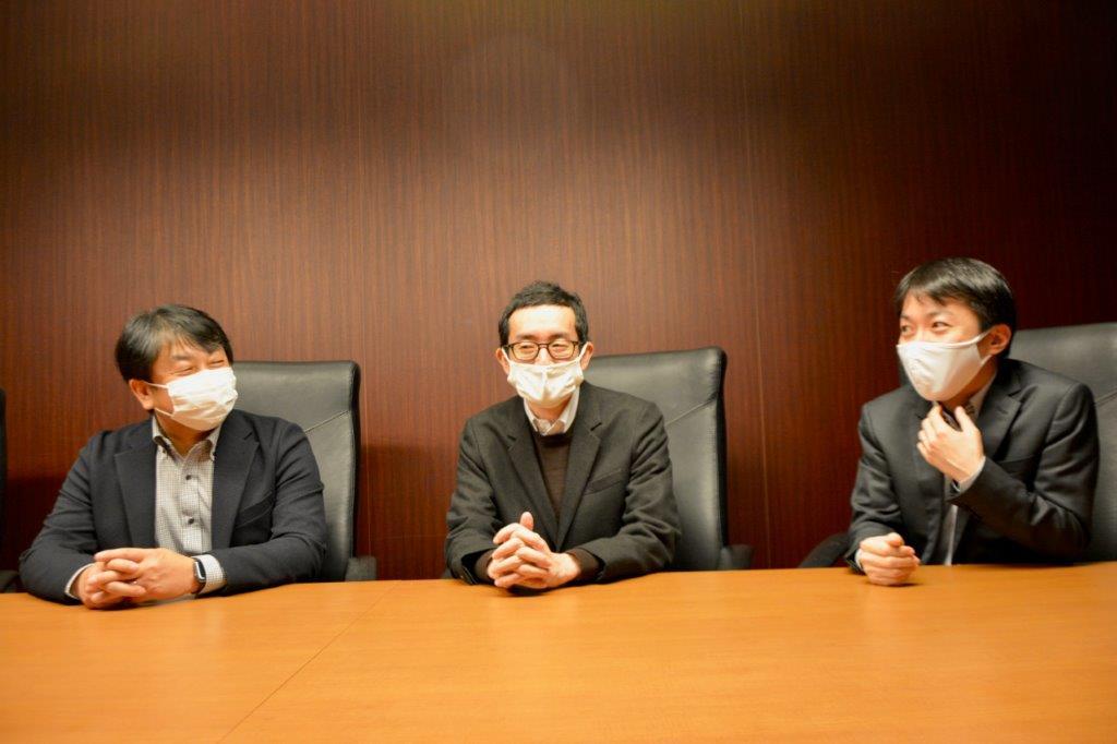 KDDI パーソナル企画統括本部 コンシューママーケティング部 馬渕 透(左)、同・平岡貴志(右)、KDDI 技術企画本部 技術企画部 相馬匡靖(中央)