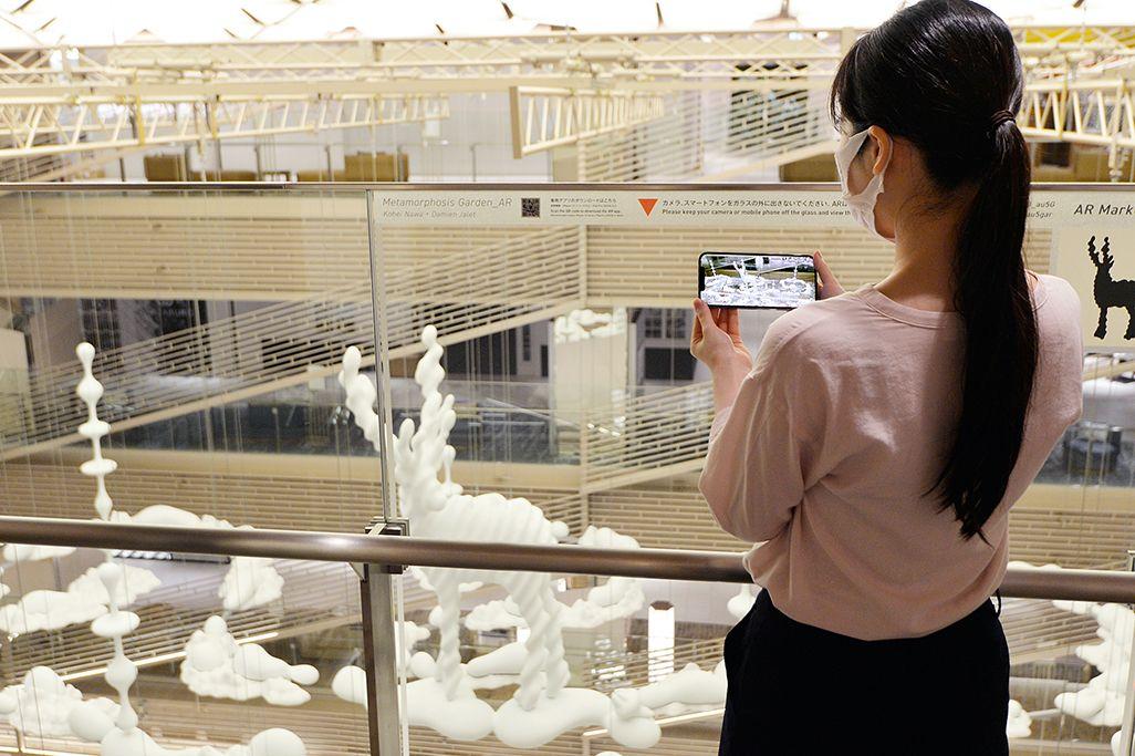 展示されている彫刻をiPhoneアプリで鑑賞