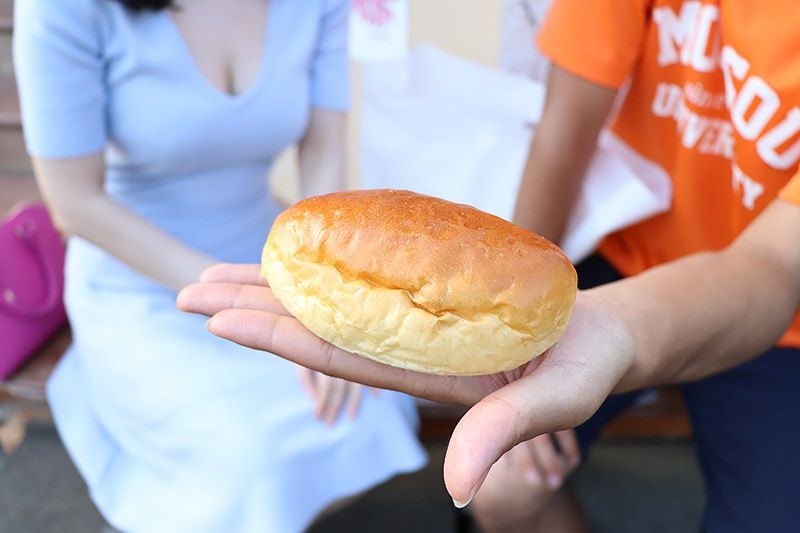 北松戸にあるボナペティートの揚げていないカレーパンを手のひらにのせる地主恵亮