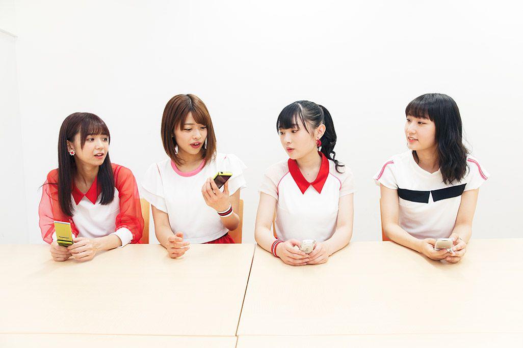 アイドルならではのスマホの使い方を語る宮崎由加。電話帳は使わないというと金澤朋子、梁川奈々美、段原瑠々