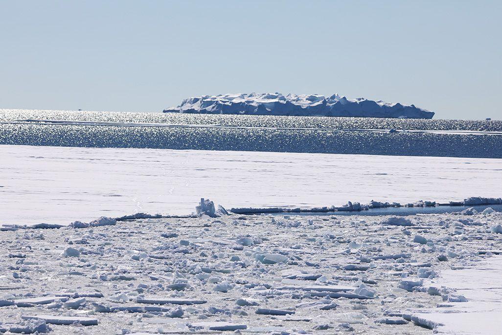 砕氷船「しらせ」の船内からみた氷山(初氷山視認から数日後)