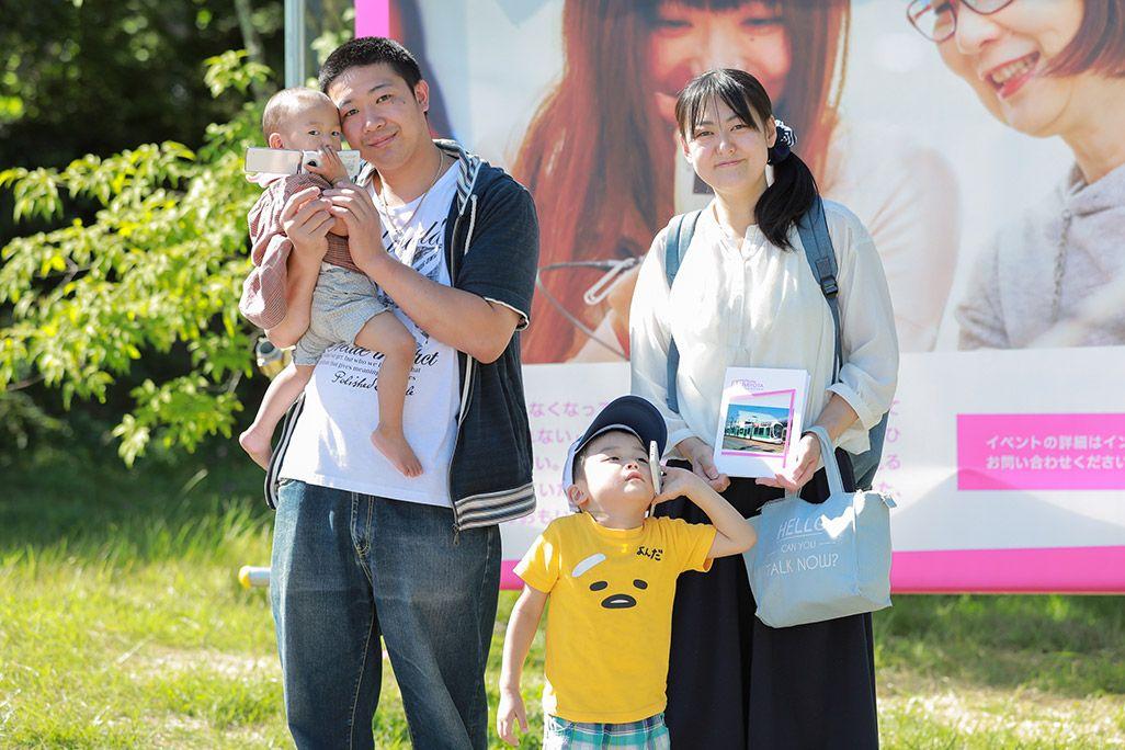 「おもいでケータイ再起動」で復活したケータイからプリントアウトした写真と家族