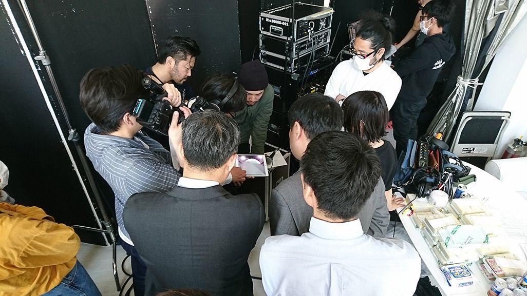 「音のVR」収録中のスタジオ別室でタブレットを見守るスタッフ