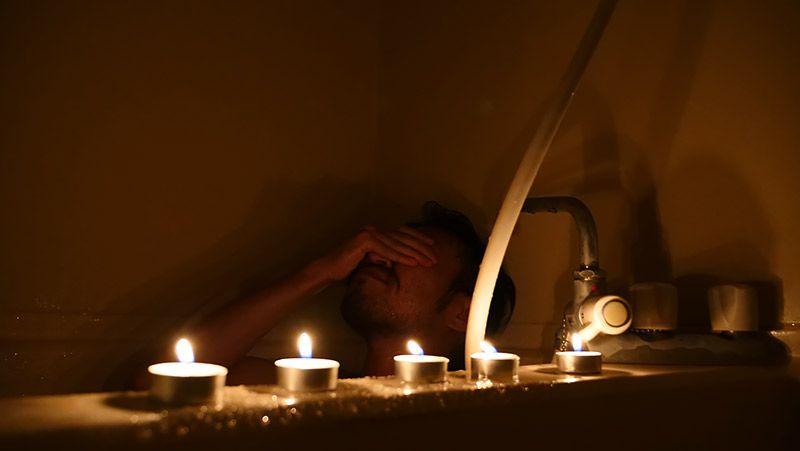 ろうそくを並べて入浴中の地主