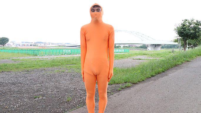 オレンジの全身タイツを着ているライターの地主