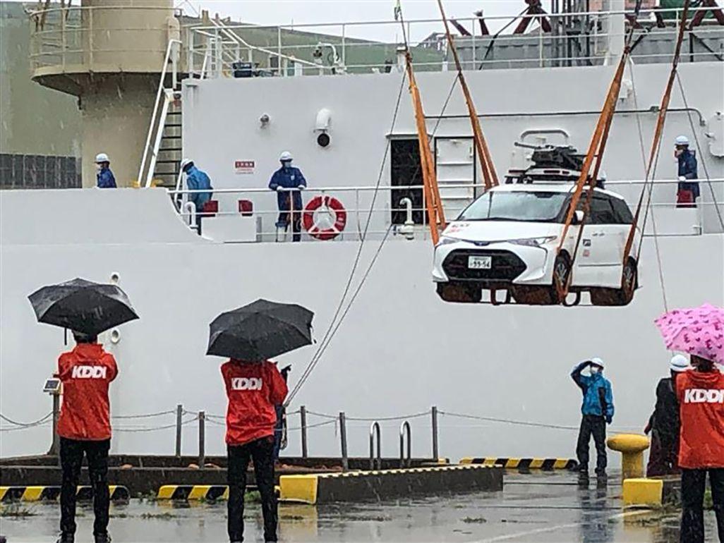 長崎のNTTケーブルシップ「きずな」へのKDDI車載型基地局積み込み作業