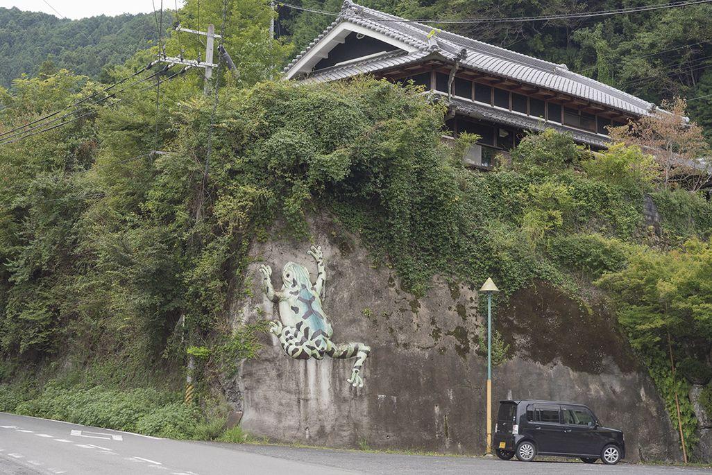 上古沢駅のドライブインのカエルのモニュメント
