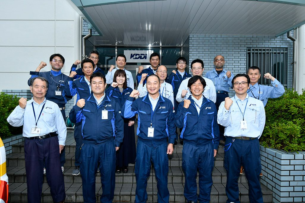ガッツポーズをする、KDDI 技術統括本部 運用本部 運用管理部 広島テクニカルセンター 志和ネットワークセンターのみなさん