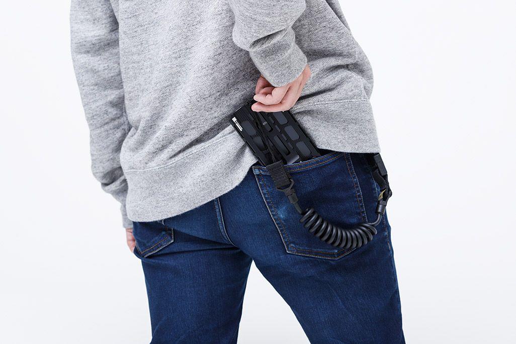カトキハジメiPhoneケース「RAILcase」ランヤード装着してポケットに