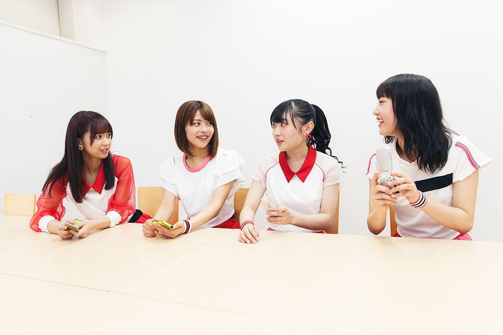 ハロー!プロジェクト内のグループLINEについて語るJuice=Juiceのリーダー宮崎由加。話を聞く金澤朋子、梁川奈々美、段原瑠々
