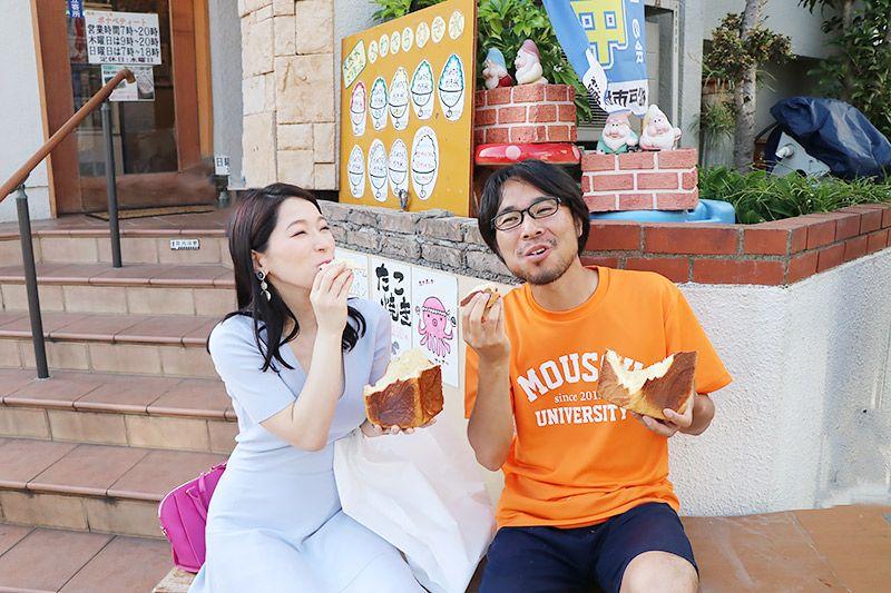北松戸にあるボナペティート前でデニッシュ食パンを食べる鶴あいかと地主恵亮