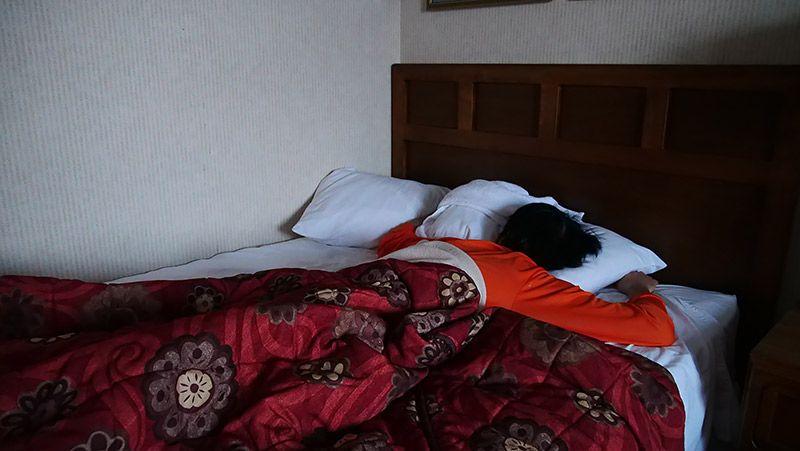 ベッドでうつ伏せに寝る地主
