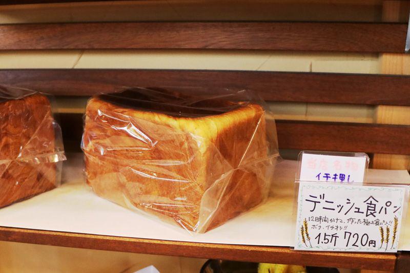 北松戸にあるボナペティートの棚に並ぶデニッシュ食パン