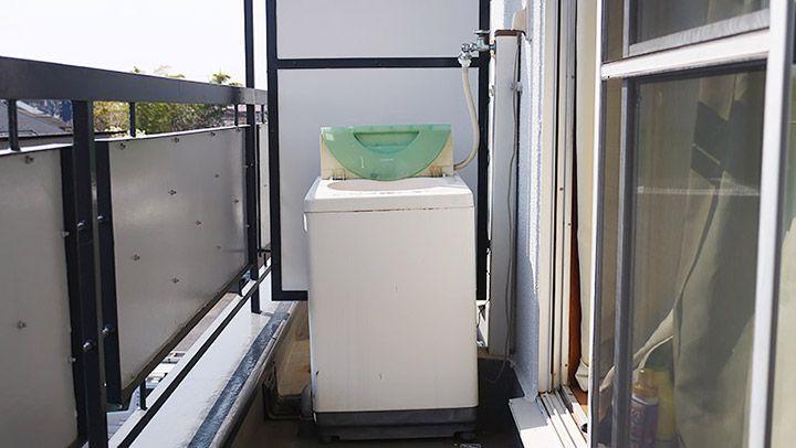 ベランダに置かれた洗濯機