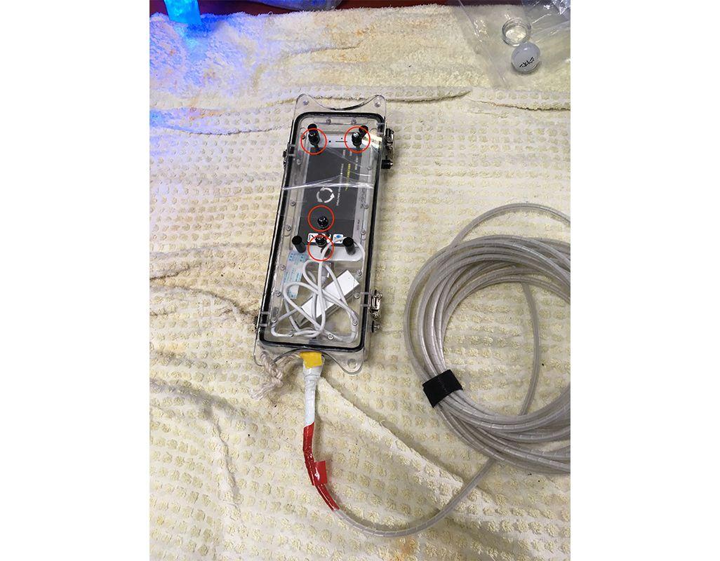 防水ケースに収まったiPhone