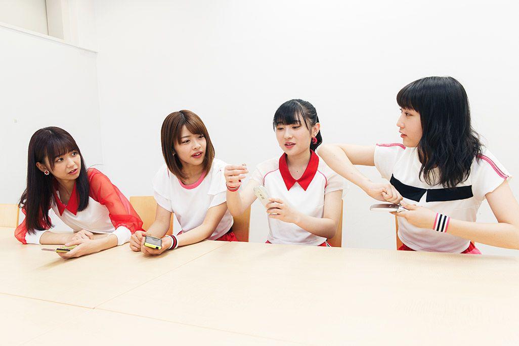 未来の携帯電話のビジョンを語るJuice=Juiceの4人。宮崎由加、金澤朋子、梁川奈々美、段原瑠々