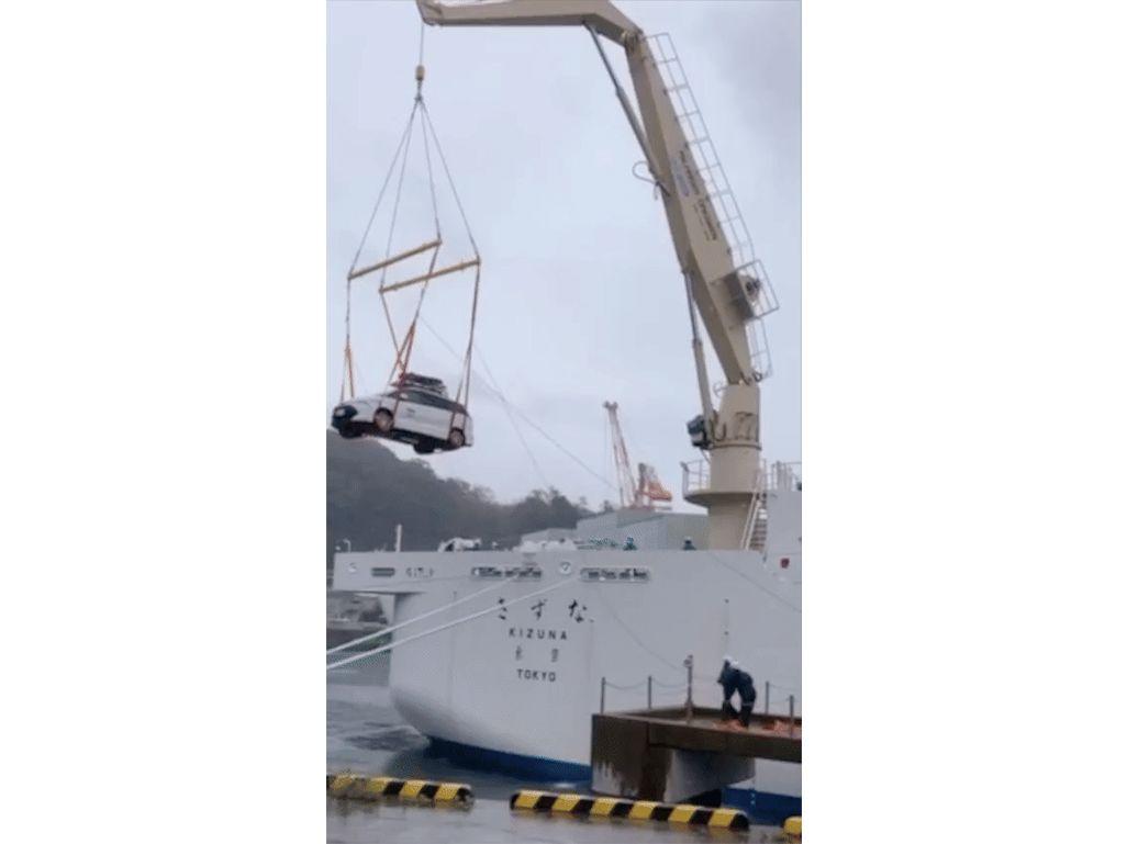 長崎のNTTケーブルシップ「きずな」にクレーンで積み込まれるKDDI車載型基地局