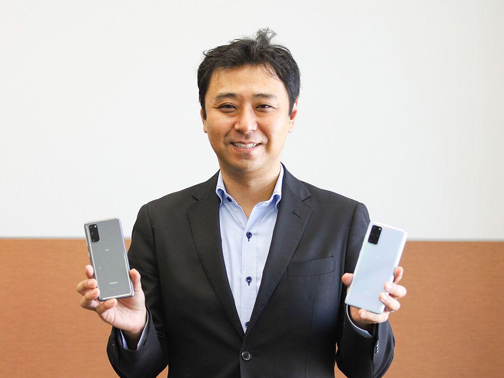 「Galaxy S20 5G」「Galaxy S20+ 5G」を手にしたauのプロダクト担当