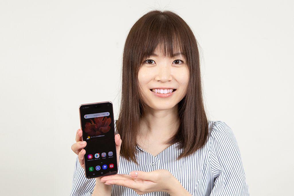 Galaxy Z Flip 5Gを手に持ったKDDI広報部の女性
