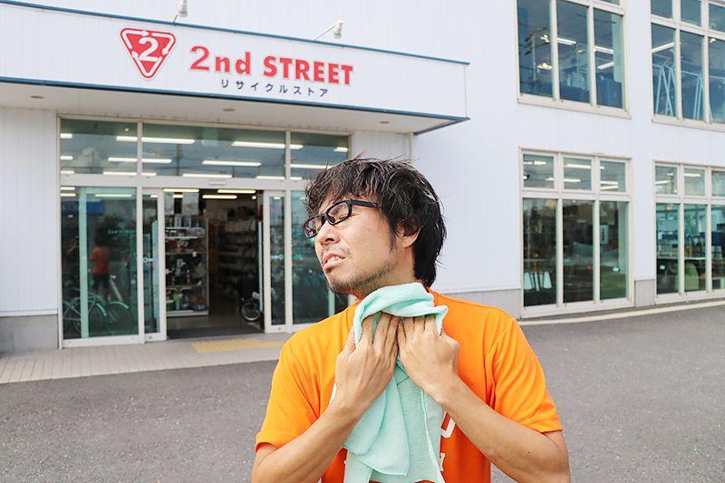 2nd Street三郷店の前で体を拭く地主恵亮
