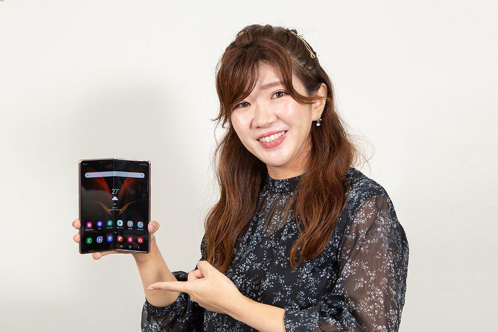 Galaxy Z Fold2 5Gを手に持ったKDDI広報部の女性