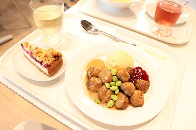 新三郷にあるイケアのレストランで注文したスウェーデン・ミートボールとベリーベリーチーズケーキ