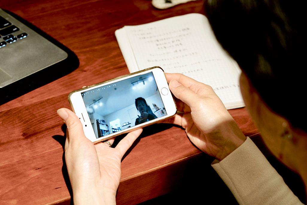 自宅に設置されたI-O DATAのネットワークカメラ「TS-WRLP」の映像を見る女性