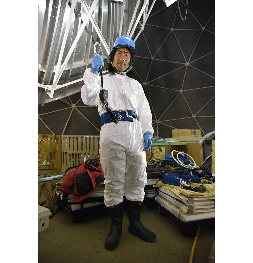 南極昭和基地のインテルサット用レドーム内部のパラボラアンテナで作業する第59次南極地域観測隊の齋藤勝